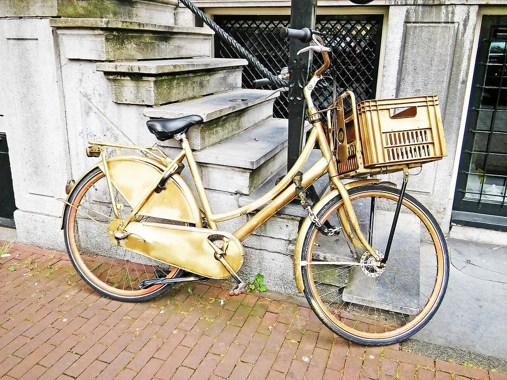 אופניים בצבע זהב באמסטרדם