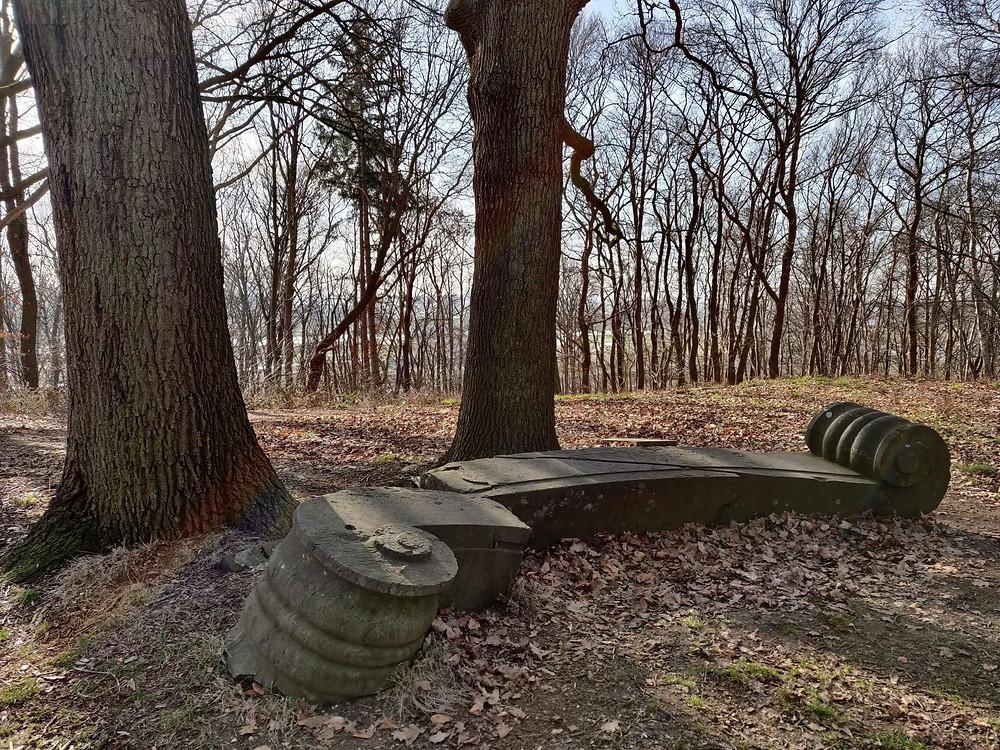 ספסל אבן שבור