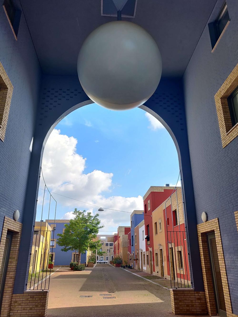 שער הכניסה לשכונה ובראשו אובייקט בצורת נורה