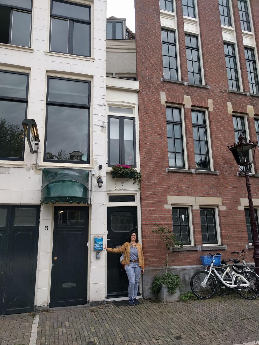 אני בפתח הבית הצר ביותר באמסטרדם