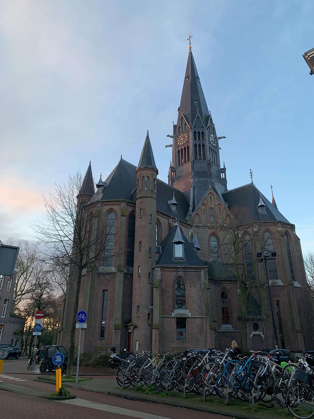 הכנסיה הגותית בפארק בתכנונו של האדריכל קאופרס אשר תכנן גם את התחנה המרכזית ואת מוזיאון הרייקס בעיר