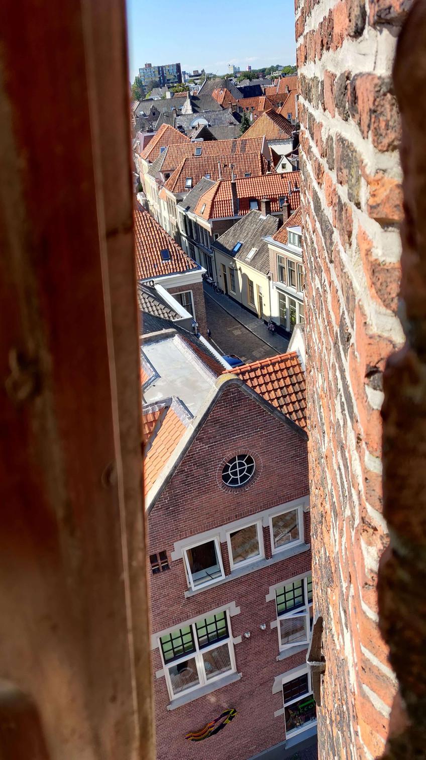 נוף העיר מבעד לחלון הצר