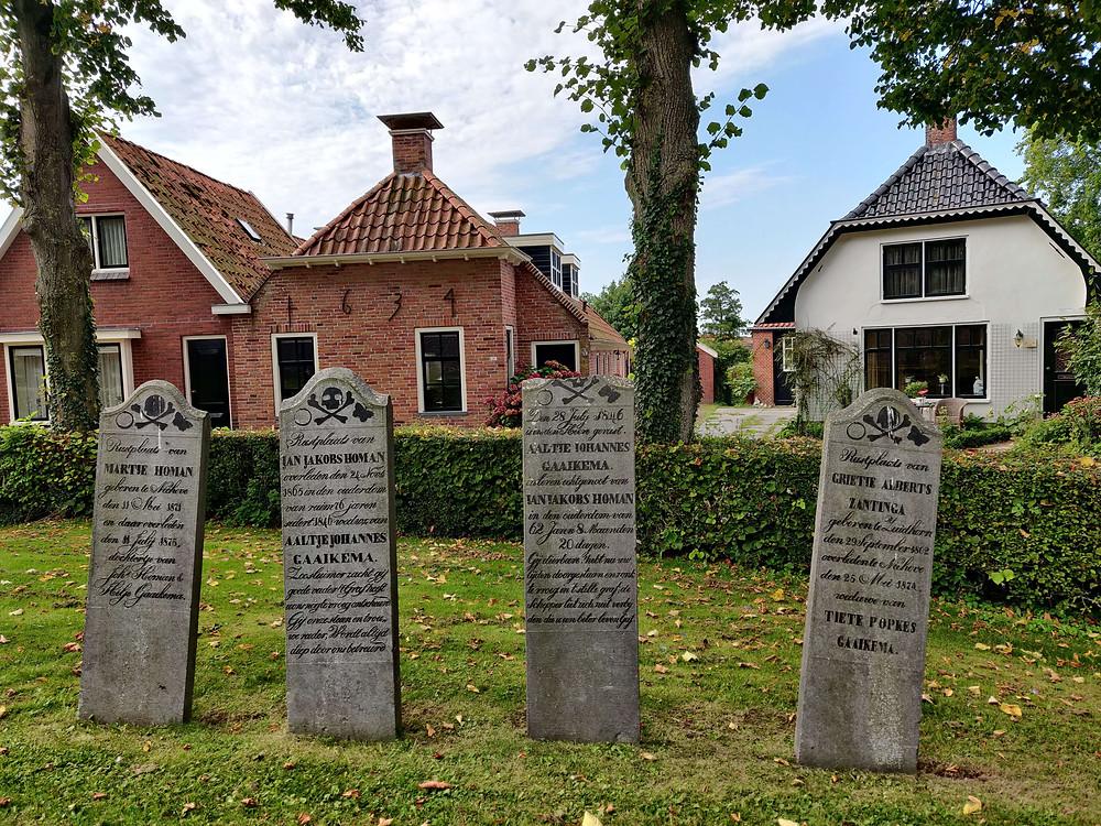 מצבות בחצר הכנסיה