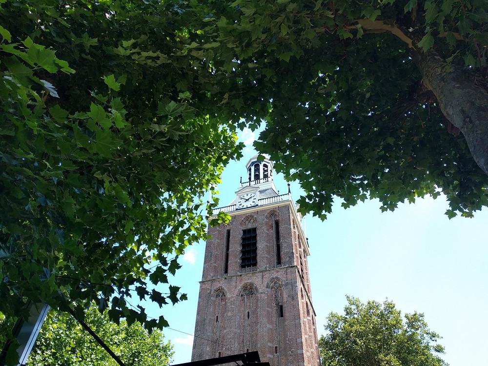 מגדל הכנסיה. מבט מבית הקפה
