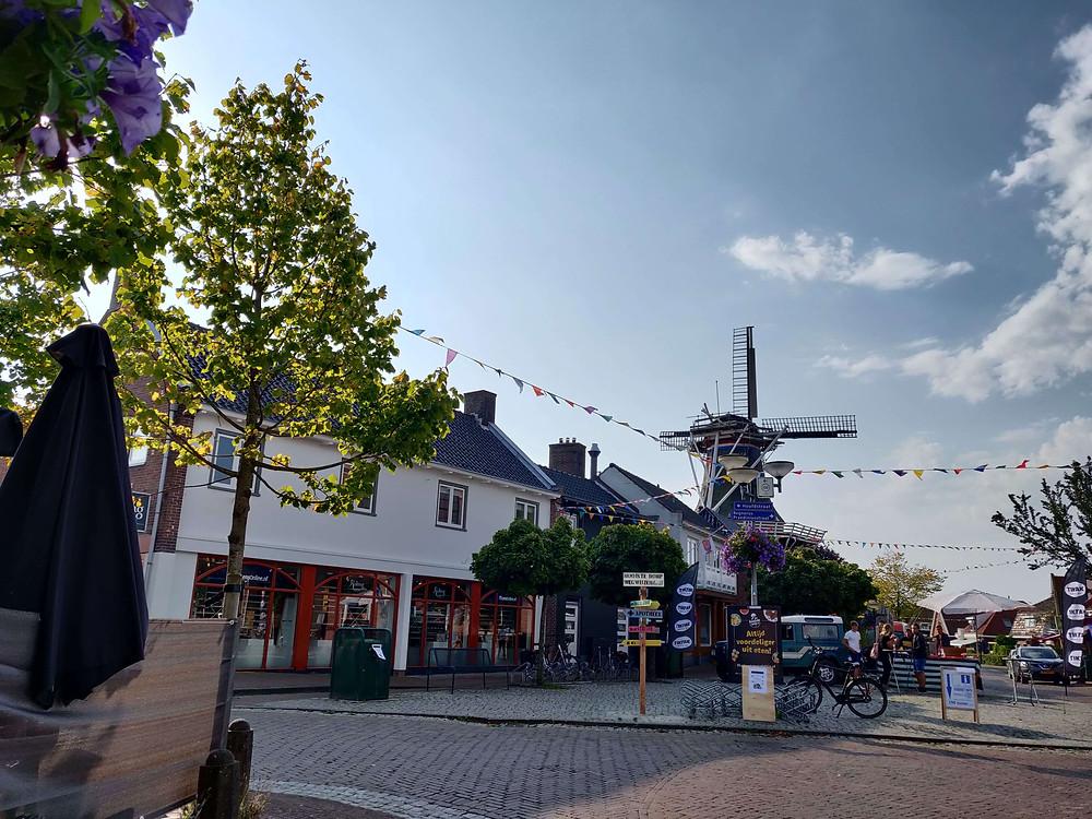 כיכר הכפר עם טחנת הרוח ברקע