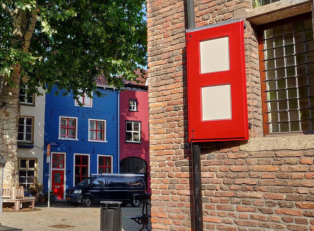 מאחורי בית העיריה - הבית הכחול והבית האדום