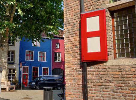 בעקבות הבתים הצבעוניים
