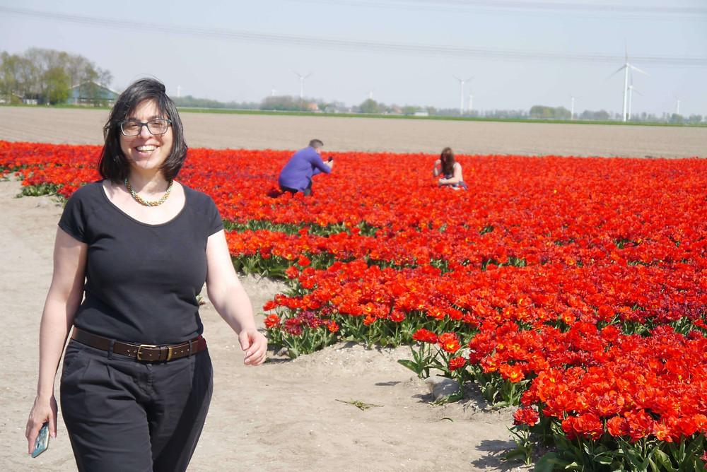 אני צועדת ליד שדה צבעונים אדומים