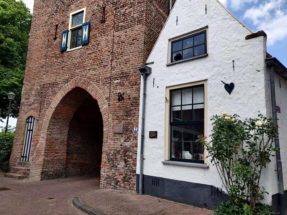 בית לבן קטן צמוד לשער העיר העתיק