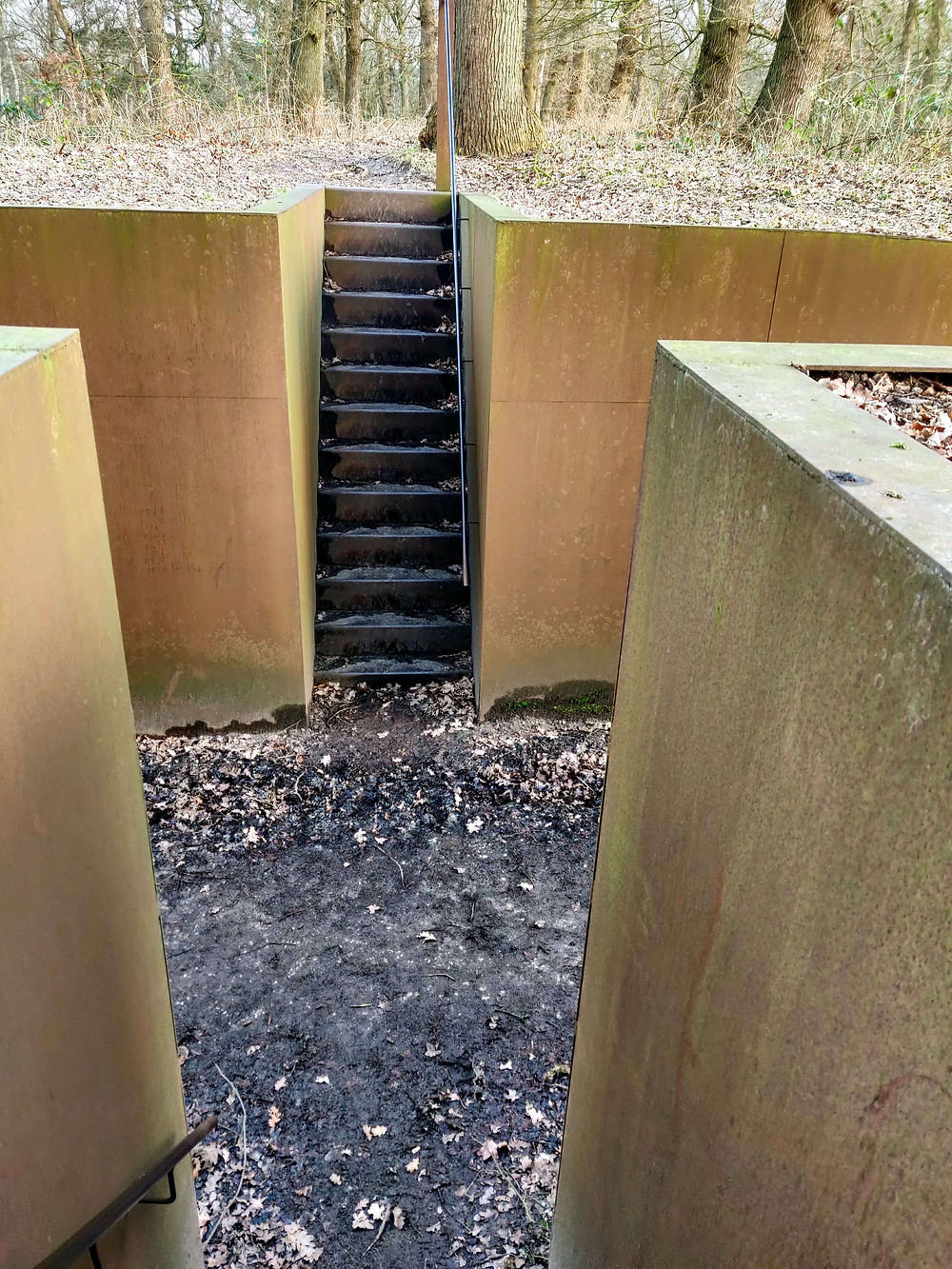 מקטע משוחזר של תעלות חפירה מזמן מלחמת העולם השניה.