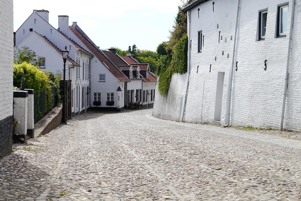 רחוב טיפוסי בכפר הלבן