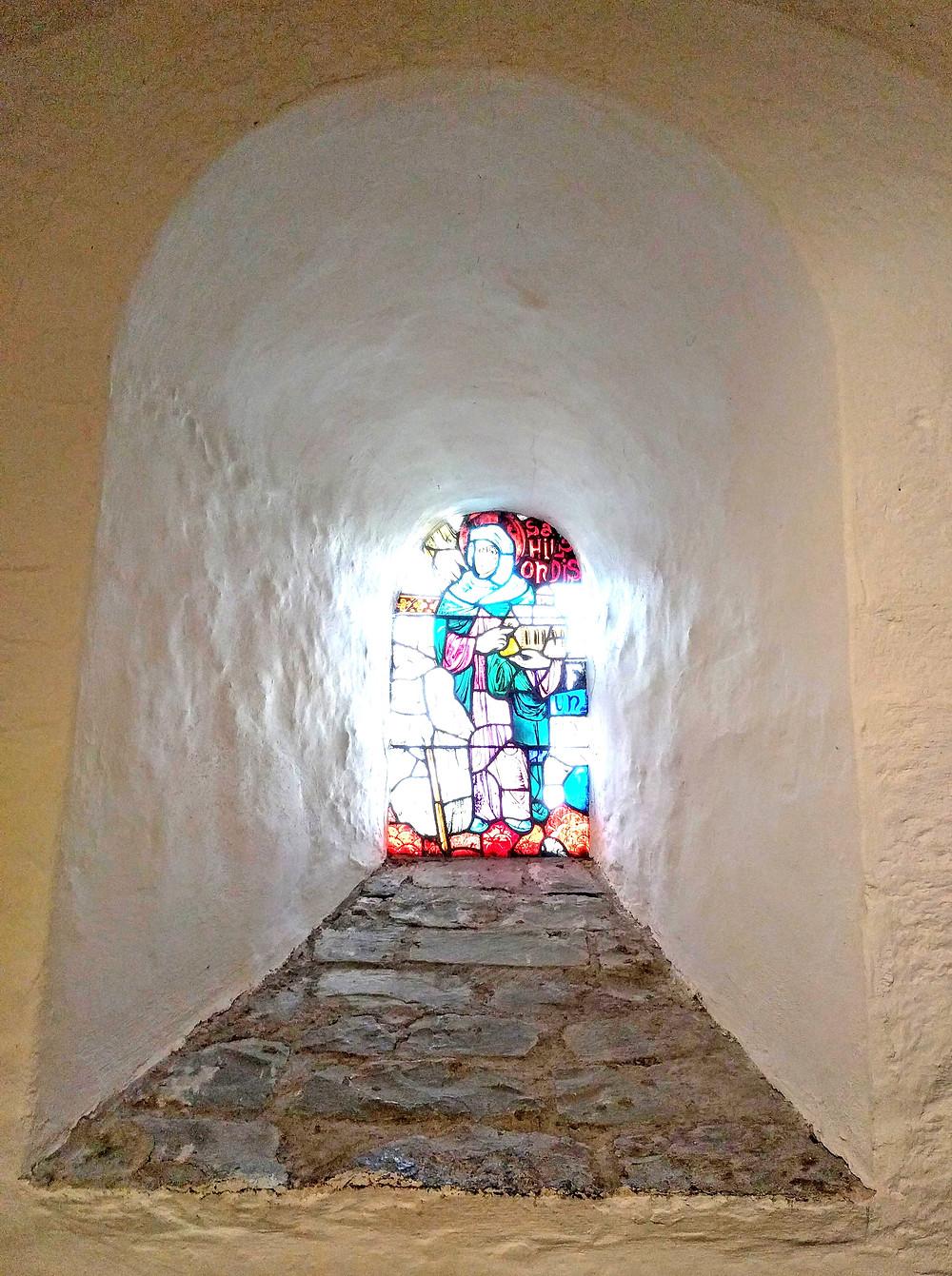 ויטראז' מתחילת המאה ה-12. דמויותיהם של מייסדי המנזר