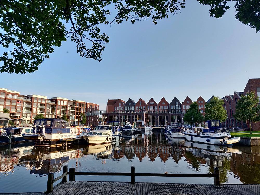 נמל עם סירות וברקע בתים הולנדיים