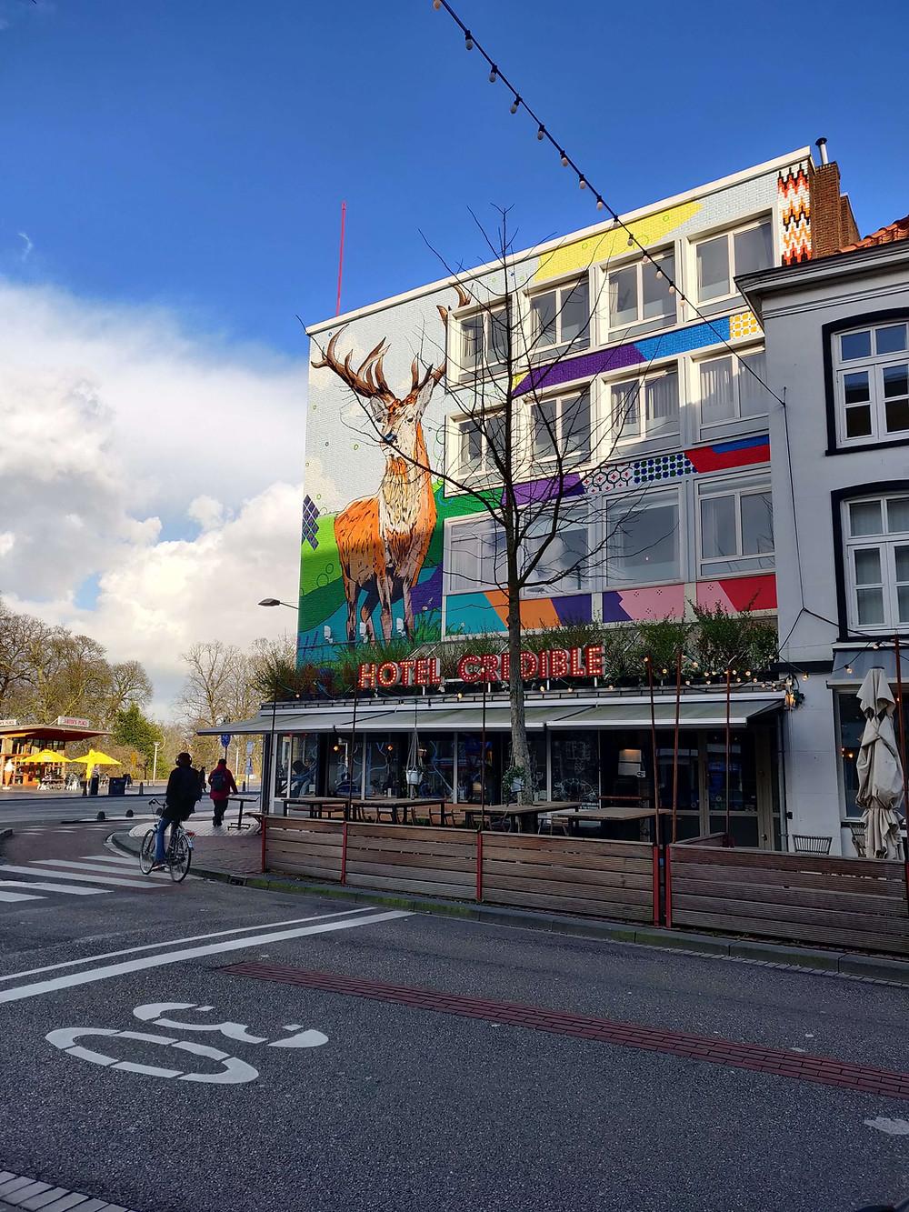 חזית מלון אינקרדיבל עם ציור של אייל צבעוני