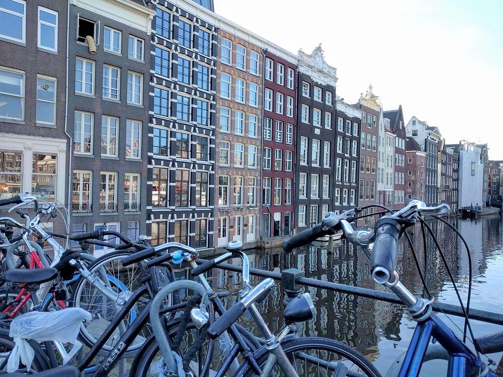 אופניים ותעלה באמסטרדם