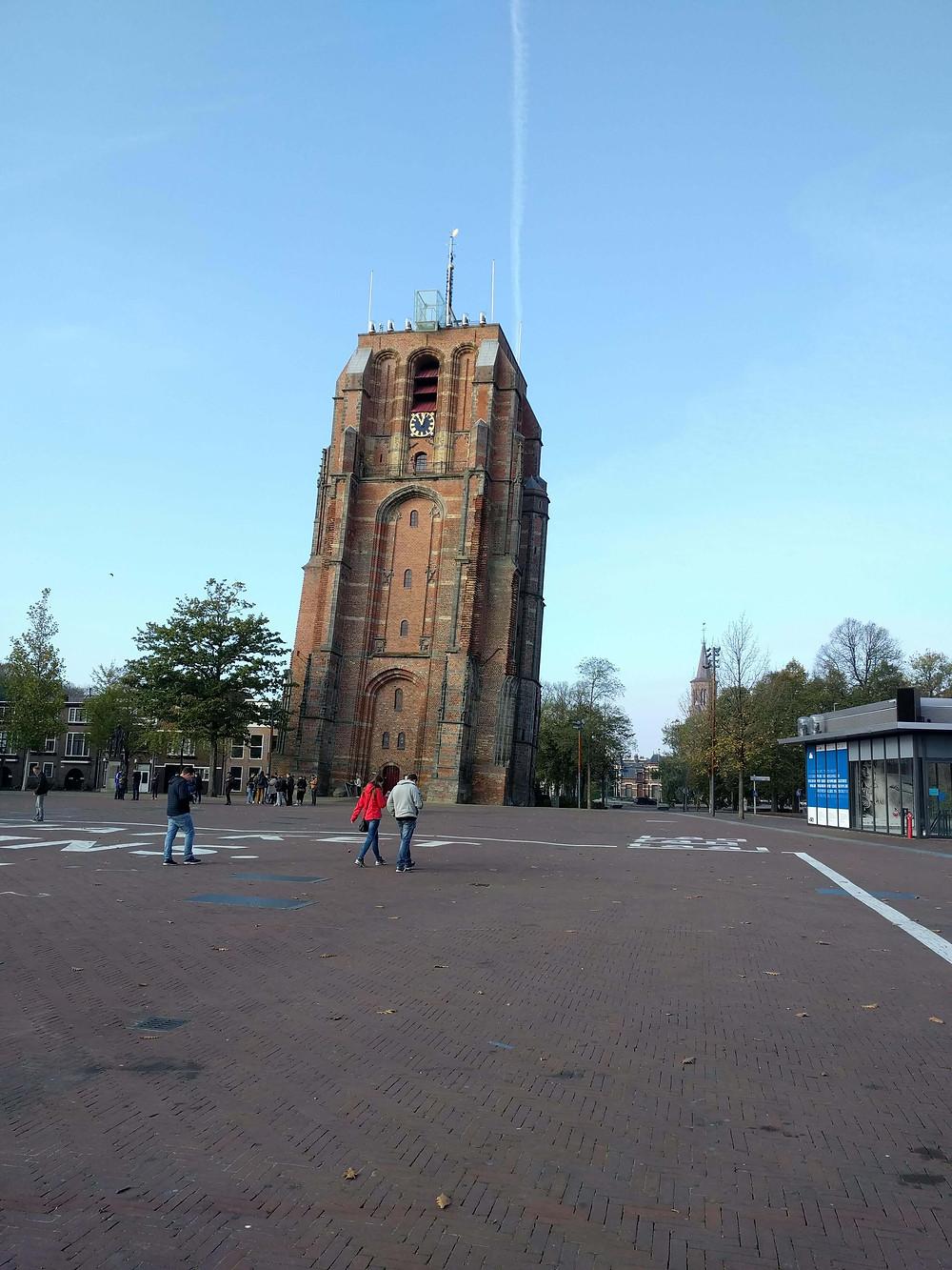 המגדל העקום בעיר