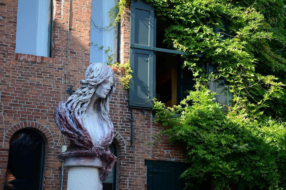 פסל של אשה צעירה