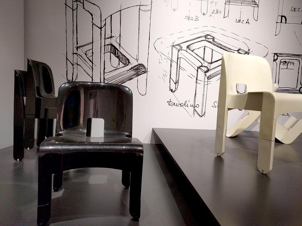כסא יוניברסל  שעוצב על ידי קולומבו ויוצר על ידי חברת קרטל האיטלקית