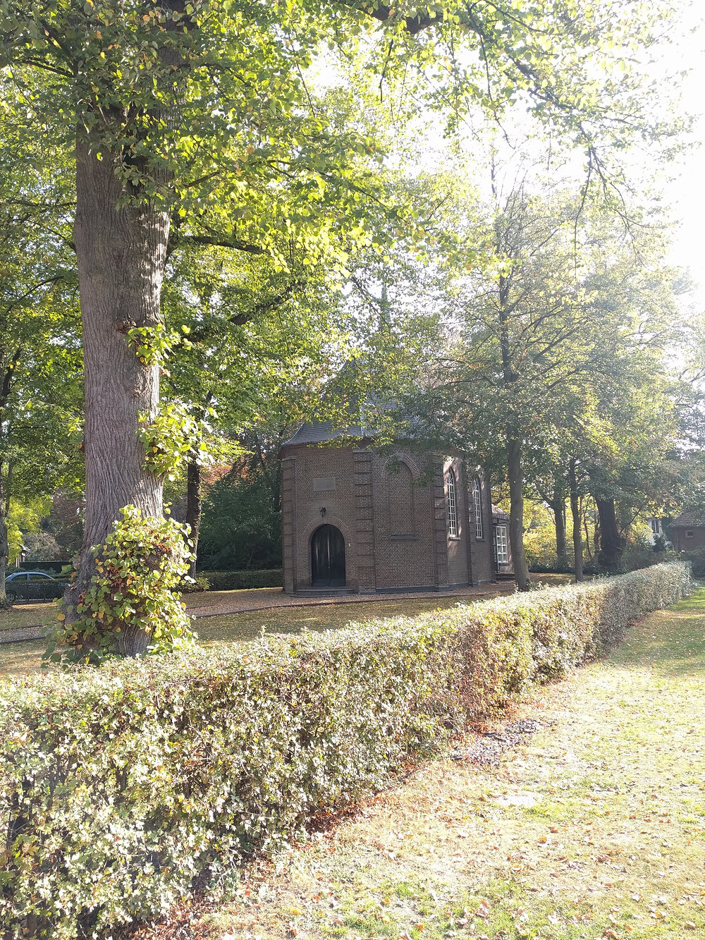 הכנסיה משנת 1824 בסגנון ניאו-קלאסי.את הכנסיה צייר כמתנה עבור אימו בזמן מחלתה. לאחר מות אביו עיבד מחדש את הציור והוסיף אנשי כפר באבל סביב הכנסיה.