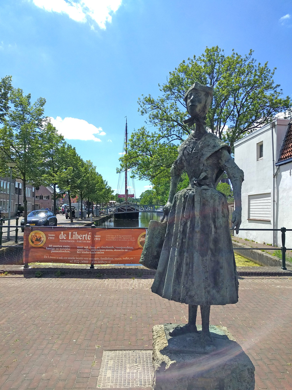 נערה בלבוש מסורתי של הכפר סטפהורסט. הפסל ניצב דווקא במפל