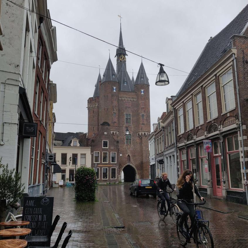 שער העיר ביום גשום