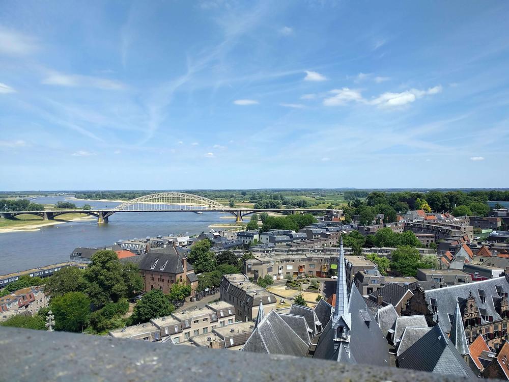 נוף של העיר ניימכן  ממגדל הכנסיה. ברקע נהר הוואל והגשר הישן