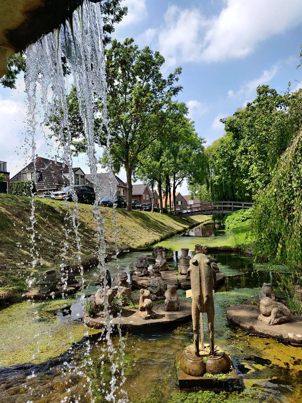 פסל של מקהלת צפרדעים בתעלת העיר