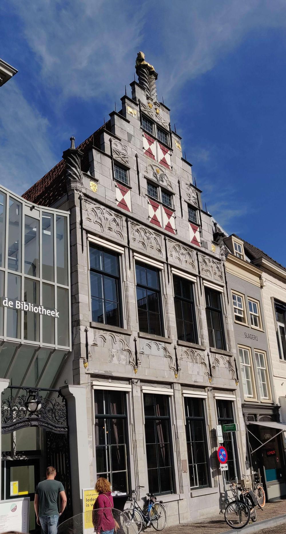 הספריה. הבניין אשר נבנה בשנת 1516 שימש בעבר כבית מסחר בבשר ושנים רבות כמסעדה.