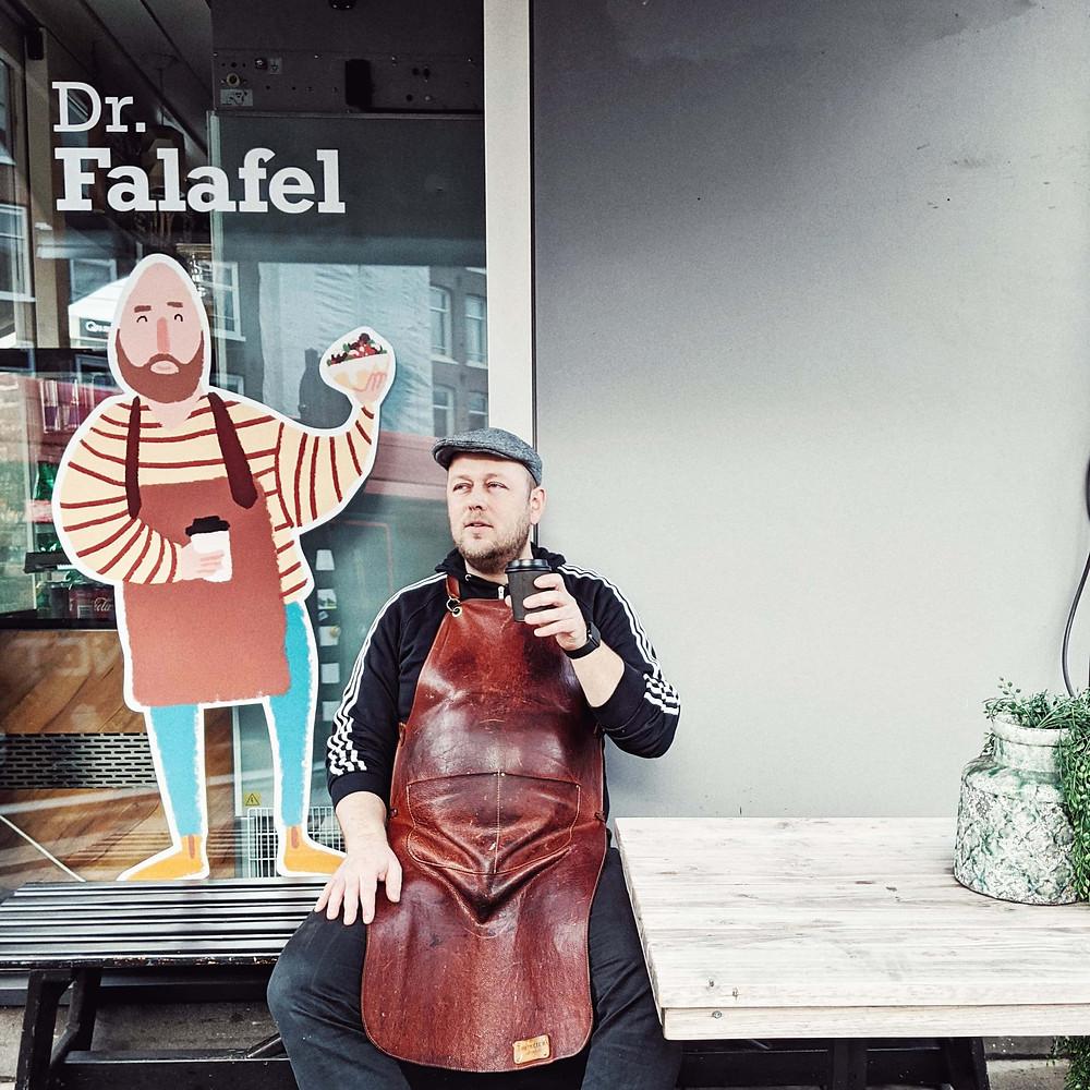 """איור של ד""""ר פלאפל ובעל המסעדה עצמו"""