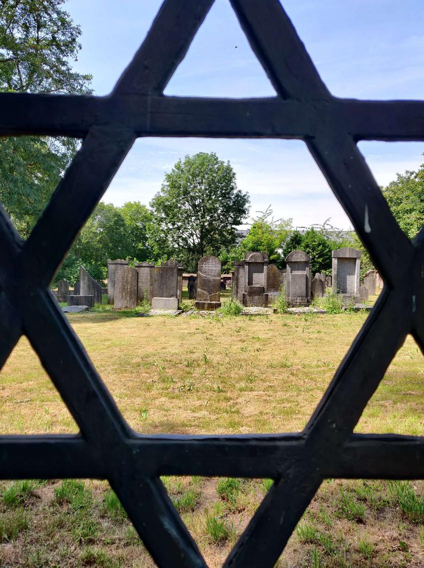 בית הקברות העתיק מבעד לשער בצורת מגן דוד