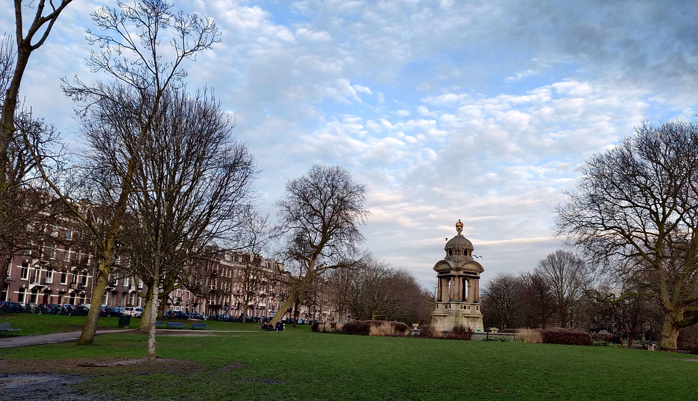 המונומנט לזכרו של הרופא צרפתי בפארק באמסטרדם