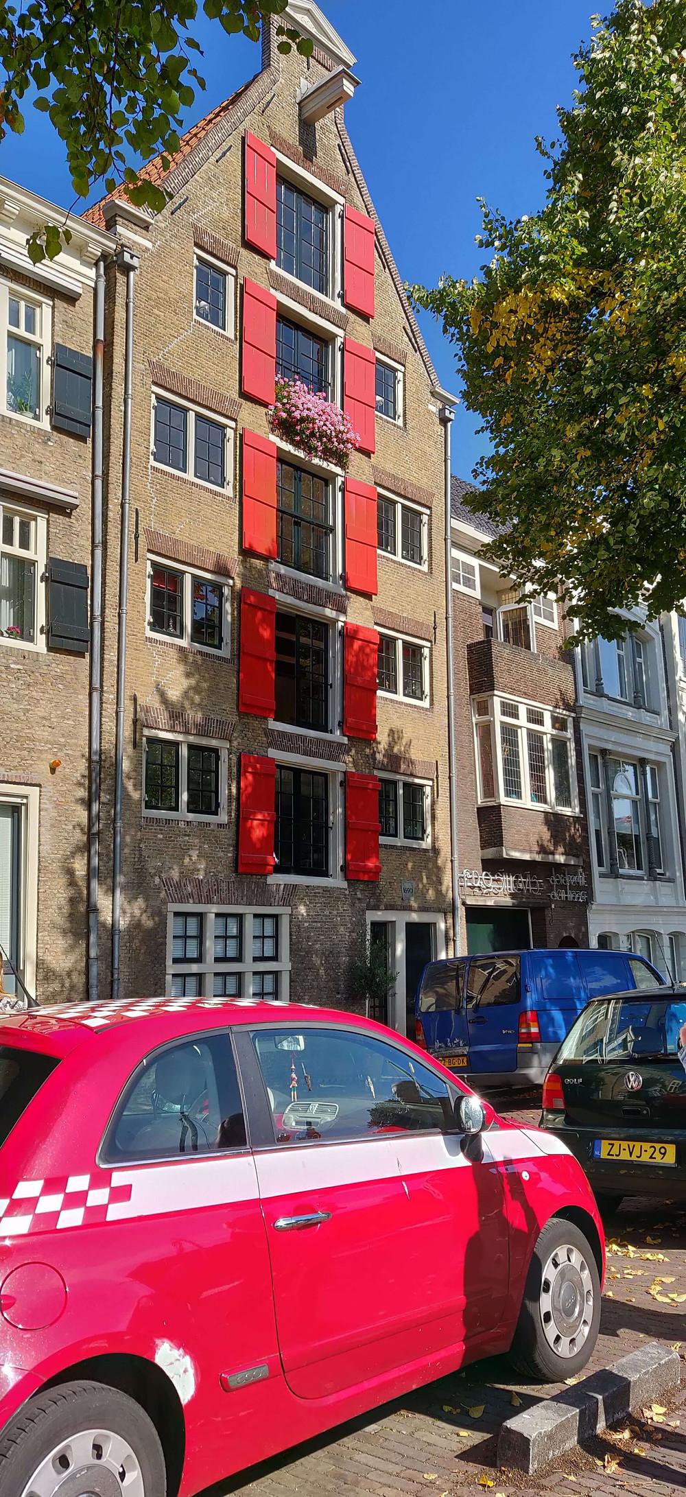 בית עם תריסים אדומים ברחוב היין