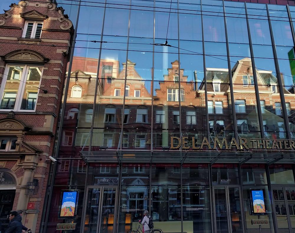 השתקפות של בתים באמסטרדם