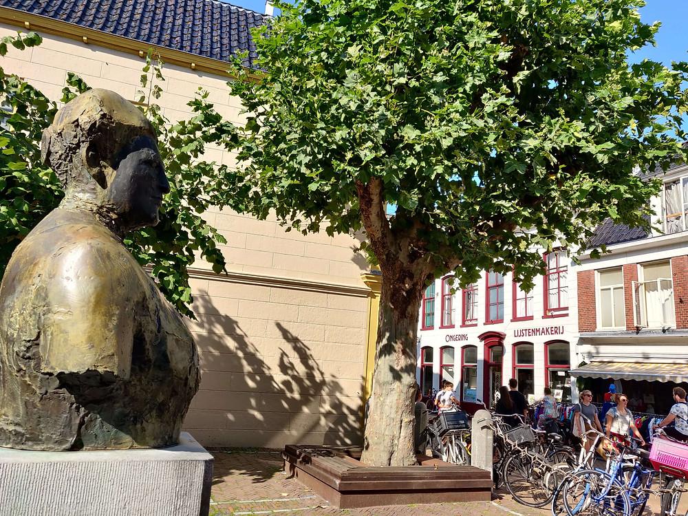 פסל  של אלטה יאקובס. האשה הראשונה אשר הוסמכה לרפואה בהולנד