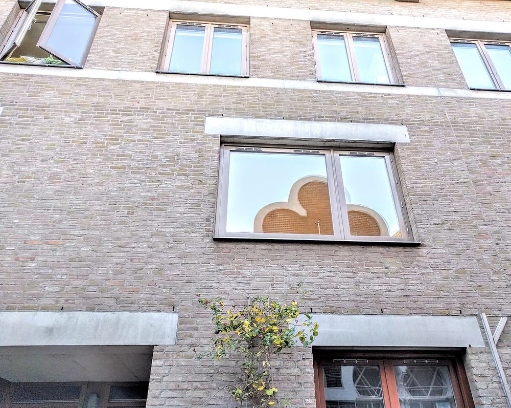 בהשתקפות החלון ניתן לראות את בית הכנסת