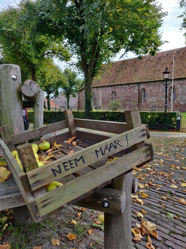 ארגז עם תפוחים וברקע הכנסיה