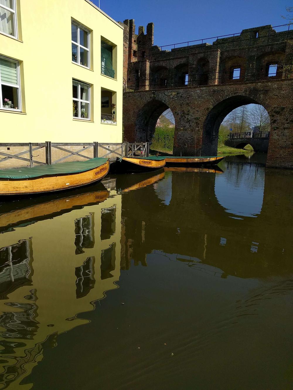 שער עיר עתיק על נהר
