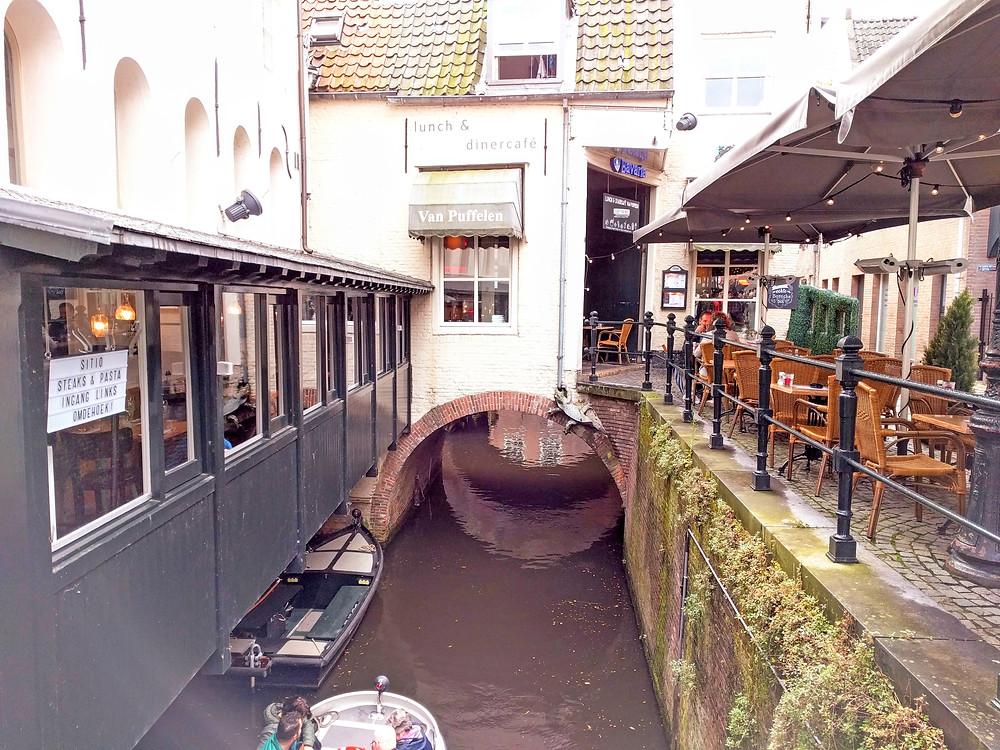 מערכת התעלות הייחודית מאפשרת לשוט מתחת לבתי העיר