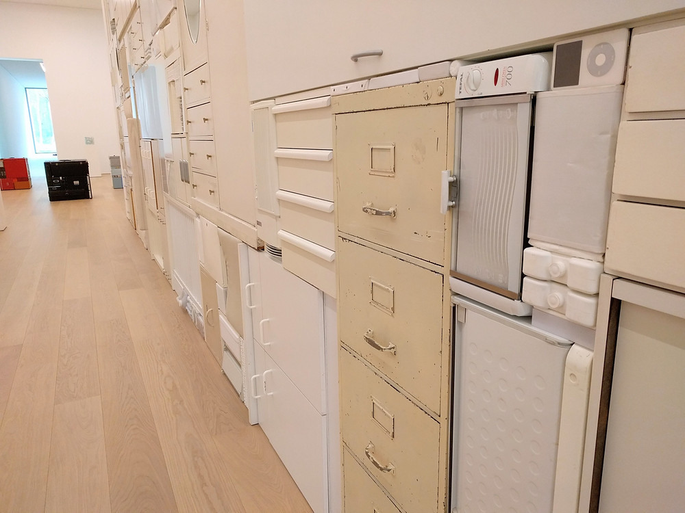 """ה""""קיר הלבן"""" מורכב, למעשה, ממגירות, מכונת כביסה, ספה, תיבות ועוד"""