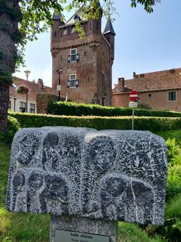 פסל הפילים וברקע שער העיר