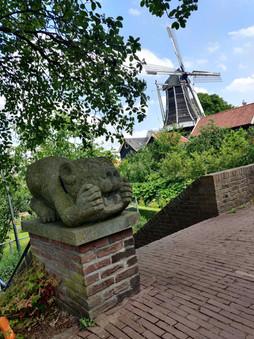 פסל הכלב השומר וברקע טחנת הרוח