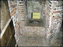 השירותים העתיקים עם מכסה מעץ בטירת הרנן