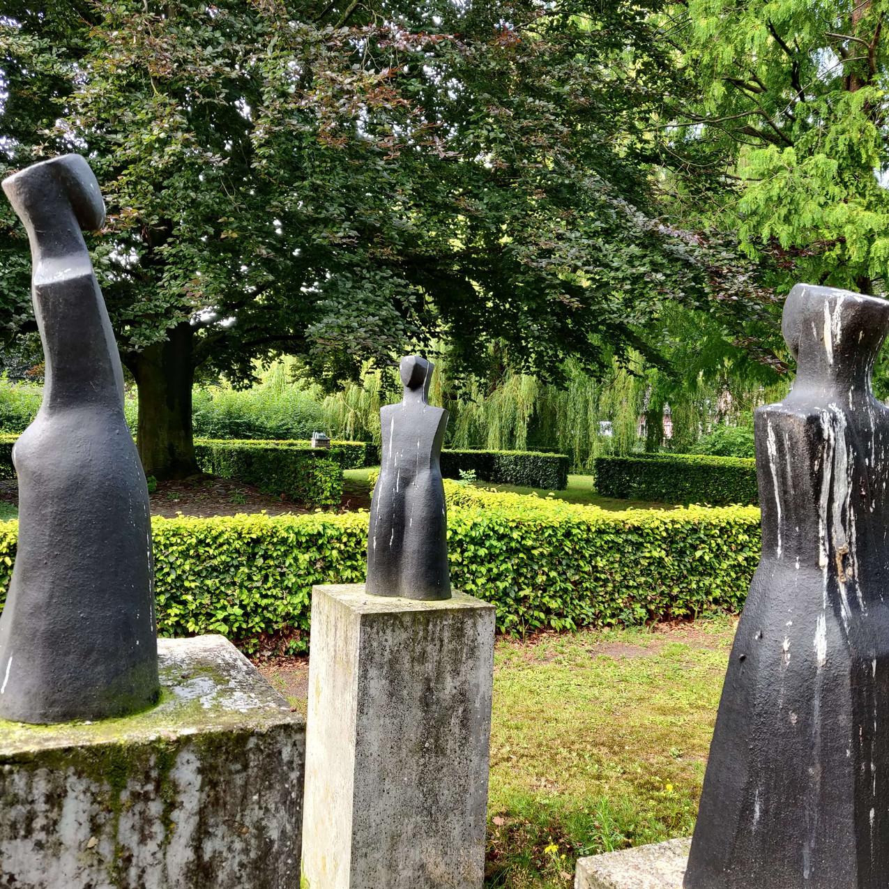 פסל שלוש הגבירות בטירת אופלו