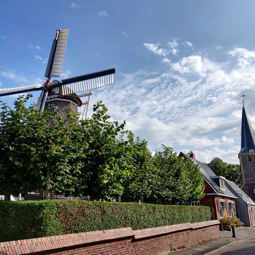 כנסיית המגדל וטחנת הרוח ממול