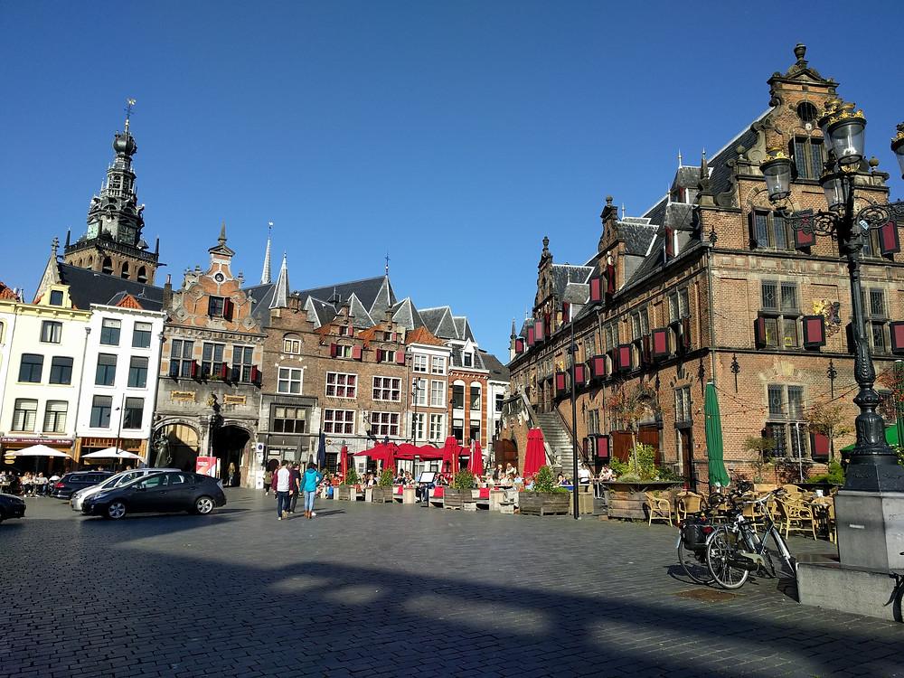 בית השקילה בכיכר המרכזית בעיר. נבנה בשנת 1612