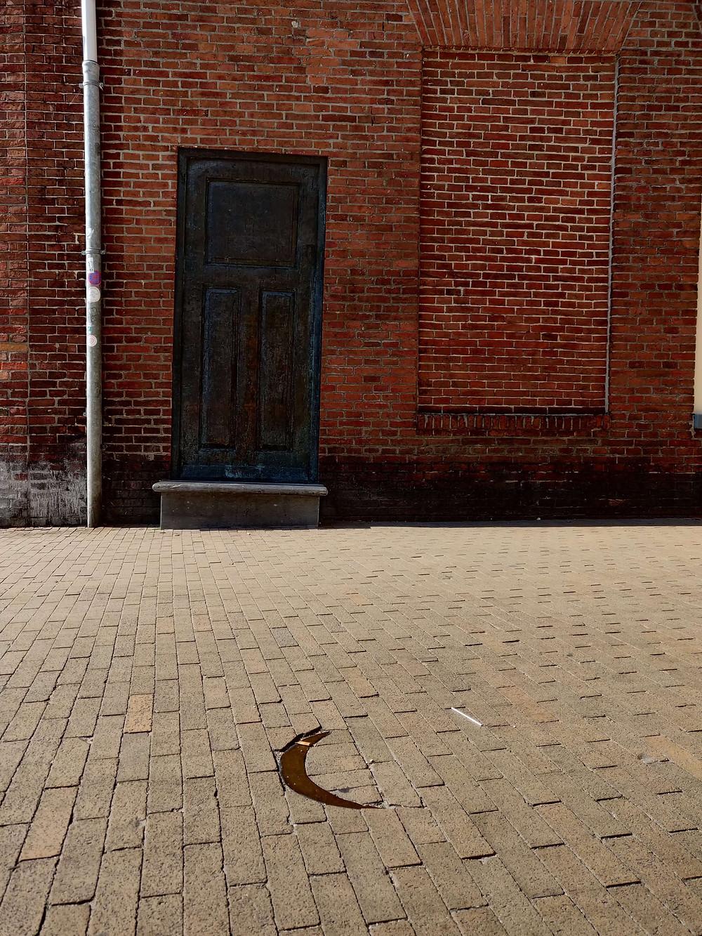 דלת ברונזה ללא ידית. פסל לזכר הקהילה היהודית