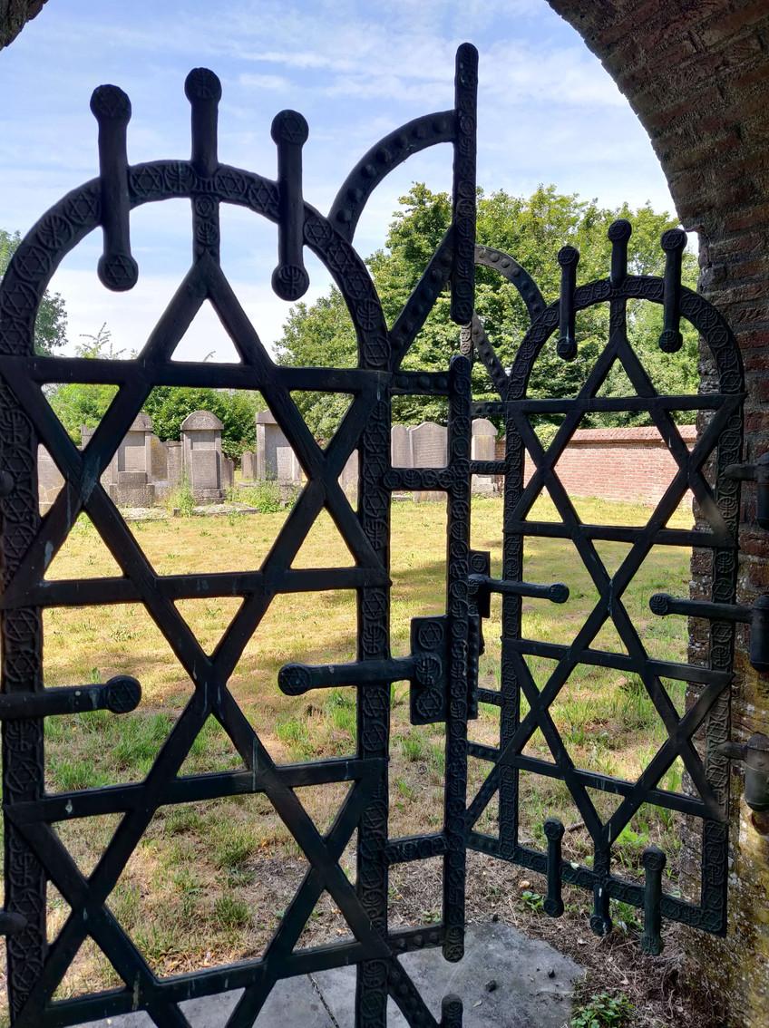 בית הקברות העתיק