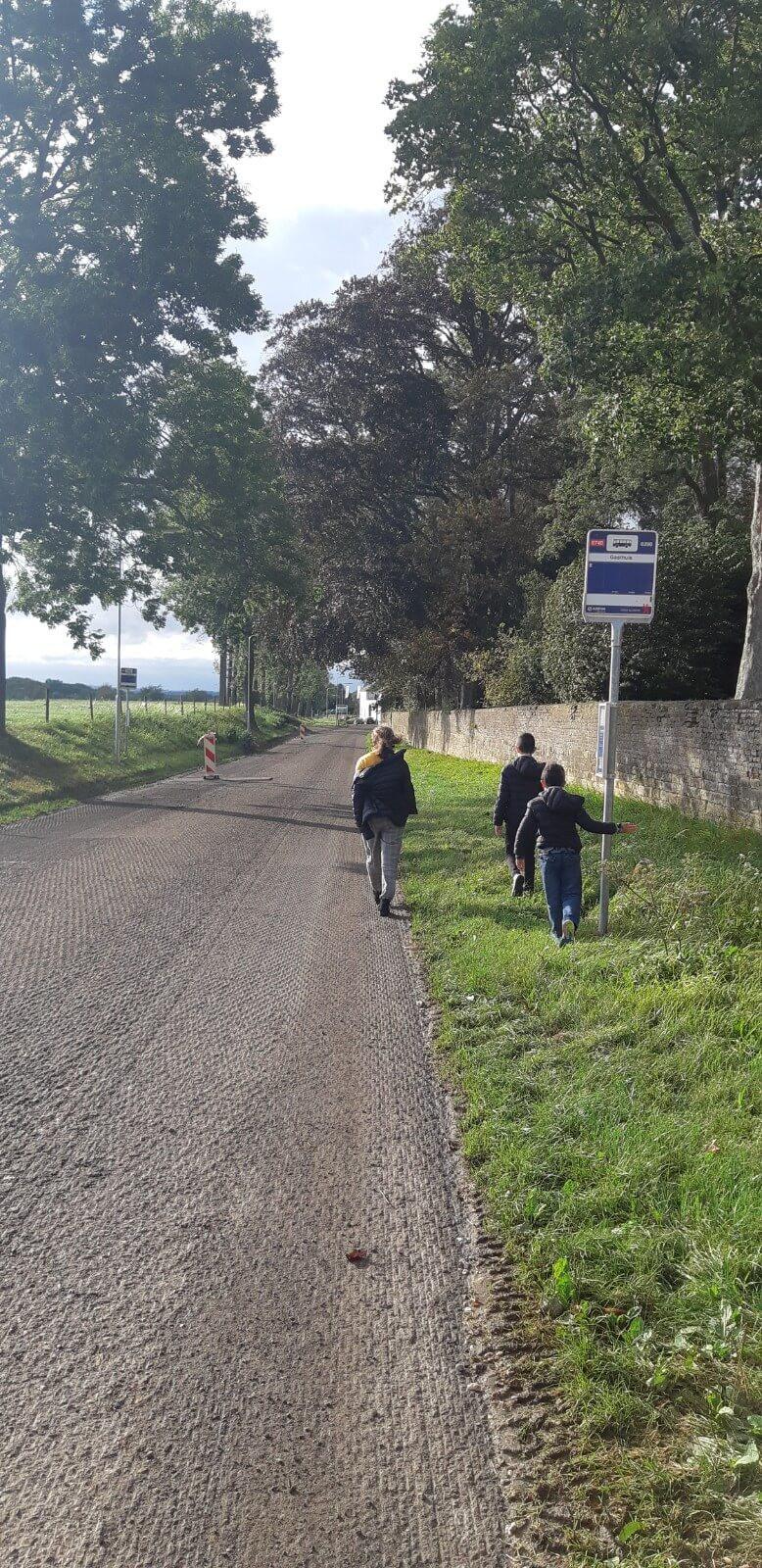 ילדים מטיילים בכפר