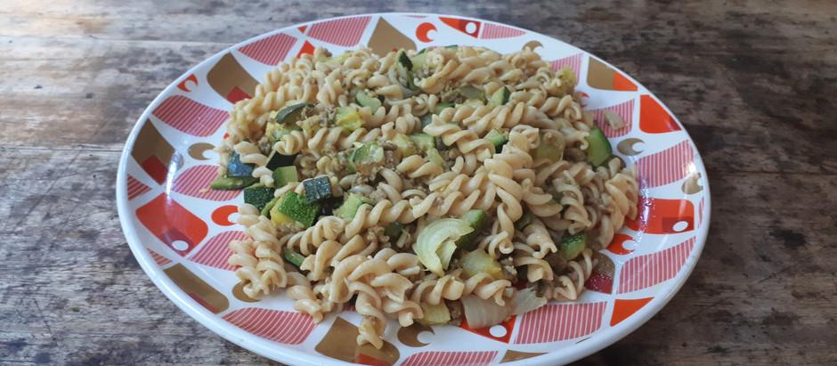 Assiette de courgettes, viande hachée et pâtes complètes