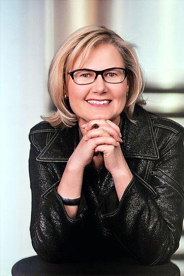 Dr. Eva Maltrovsy, mit schwarzer Brille und schwarzer Jacke. lächelnd